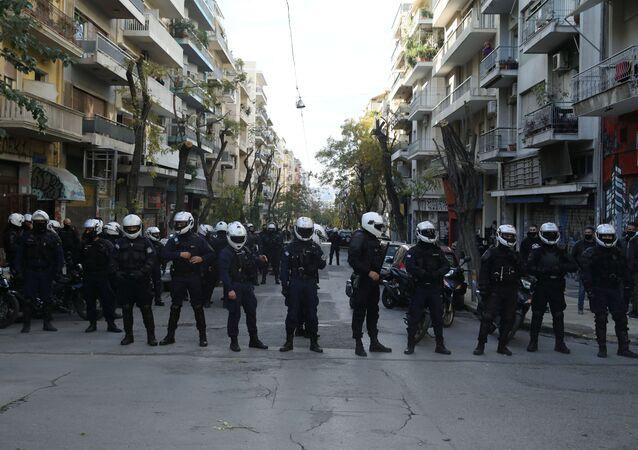 Polícia grega prepara cordão de segurança durante manifestações em homenagem ao 12º aniversário de morte do jovem Alexis Grigoropoulos em Atenas