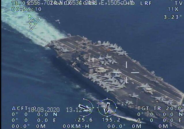 Porta-aviões USS Nimitz dos EUA antes de entrar no estratégico estreito de Ormuz e golfo Pérsico em 23 de setembro de 2020