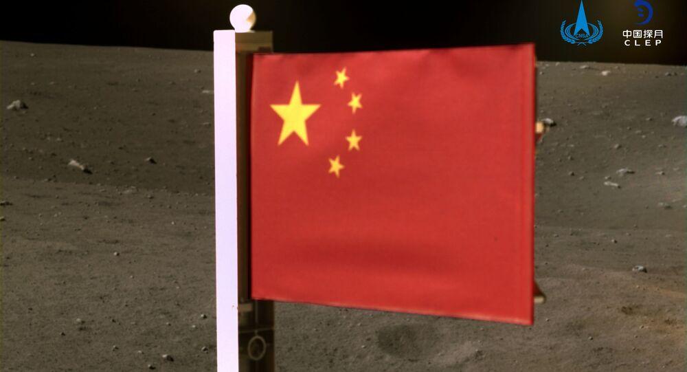 Bandeira da China é vista a partir da espaçonave Chang'e-5 na Lua, em 4 de dezembro de 2020