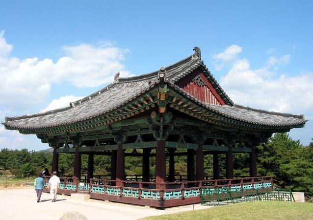 Pavilhão reconstruído em Anapji, Coreia do Sul, um jardim de prazer construído após o reino Silla ter unificado a maior parte da Península Coreana