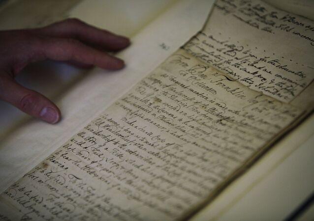 Bibliotecário examina uma carta original de Isaac Newton de 1752, na Sociedade Real Britânica, no centro de Londres, Reino Unido, 25 de novembro de 2009