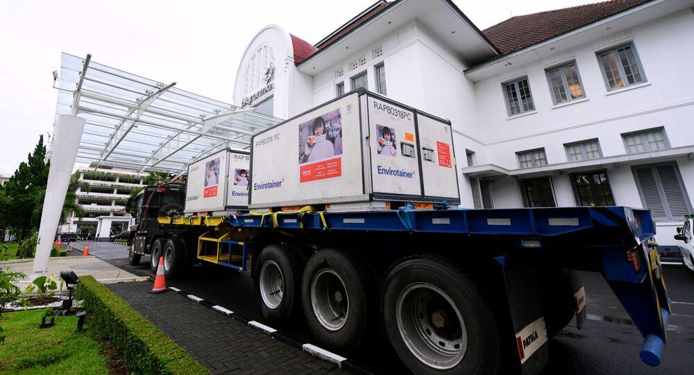 Carregamento de doses da CoronaVac, produzida pela chinesa Sinovac, em Bandung, na Indonésia