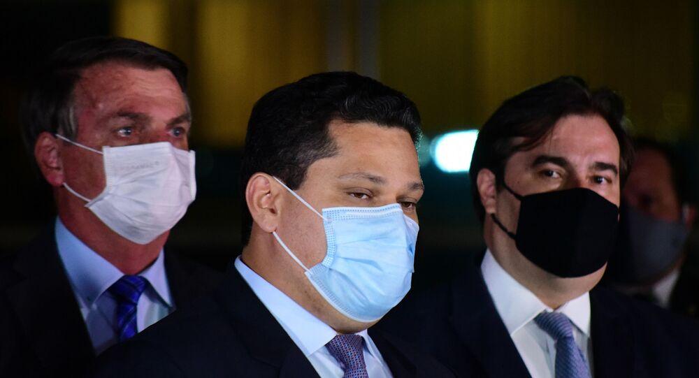 Em Brasília, da esquerda para a direita, o presidente do Brasil, Jair Bolsonaro (sem partido), o presidente do Senado, Davi Alcolumbre (DEM-AP), e o presidente da Câmara dos Deputados, Rodrigo Maia (DEM-RJ), participam de coletiva de imprensa em frente ao Palácio da Alvorada, em 12 de agosto de 2020