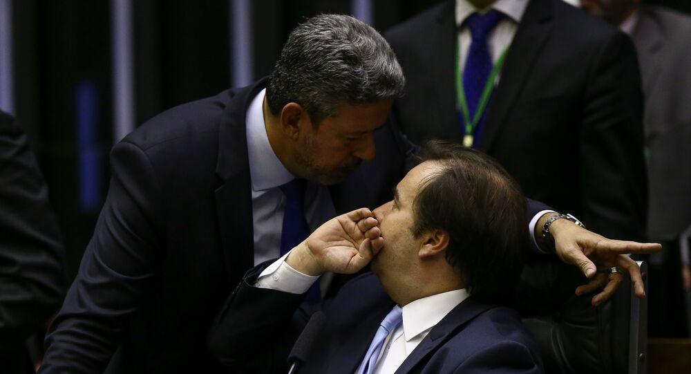 Em Brasília, o deputado Arthur Lira (PP-AL), à esquerda, conversa com presidente da Câmara dos Deputados, Rodrigo Maia (DEM-RJ), à direita, durante votação da reforma da Previdência, em 11 de julho de 2019