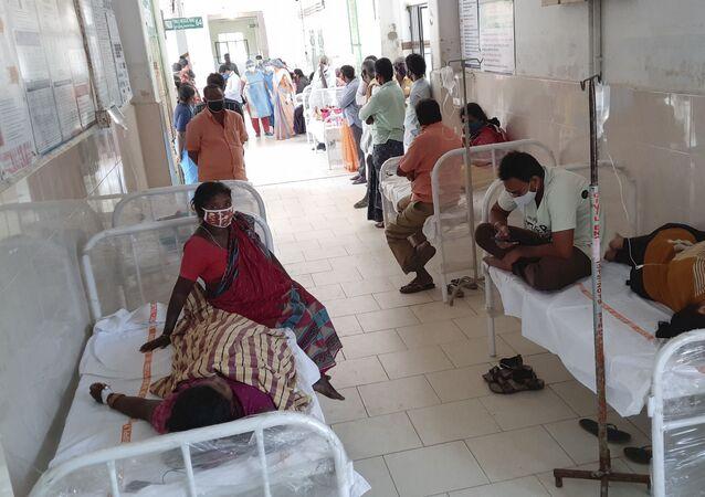 Pacientes são atendidos no hospital do governo distrital em Eluru, no estado de Andhra Pradesh, Índia, 6 de dezembro de 2020