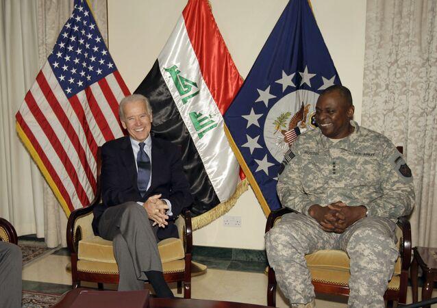 Joe Biden é visto com o general Lloyd Austin, principal comandante dos EUA no Iraque, em Bagdá, Iraque, em novembro de 2011