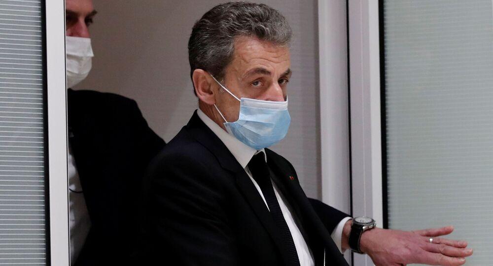 Nicolas Sarkozy deixa o tribunal em Paris, na França, após prestar depoimento.