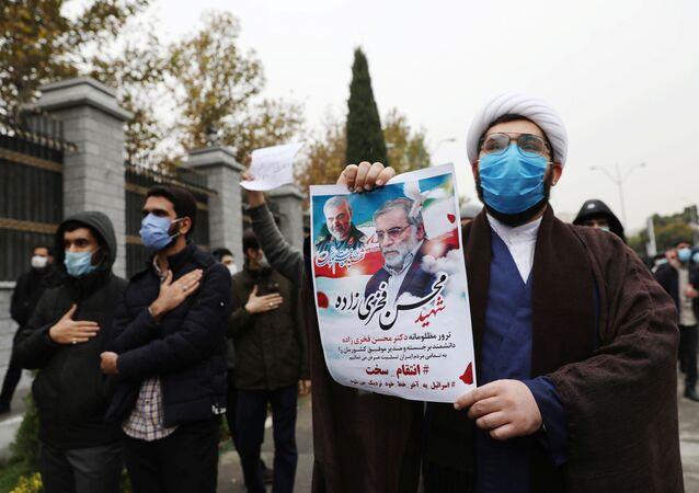 Manifestantes se reúnem contra o assassinato de Mohsen Fakhrizadeh, o principal cientista nuclear iraniano, em Teerã, Irã, 28 de novembro de 2020