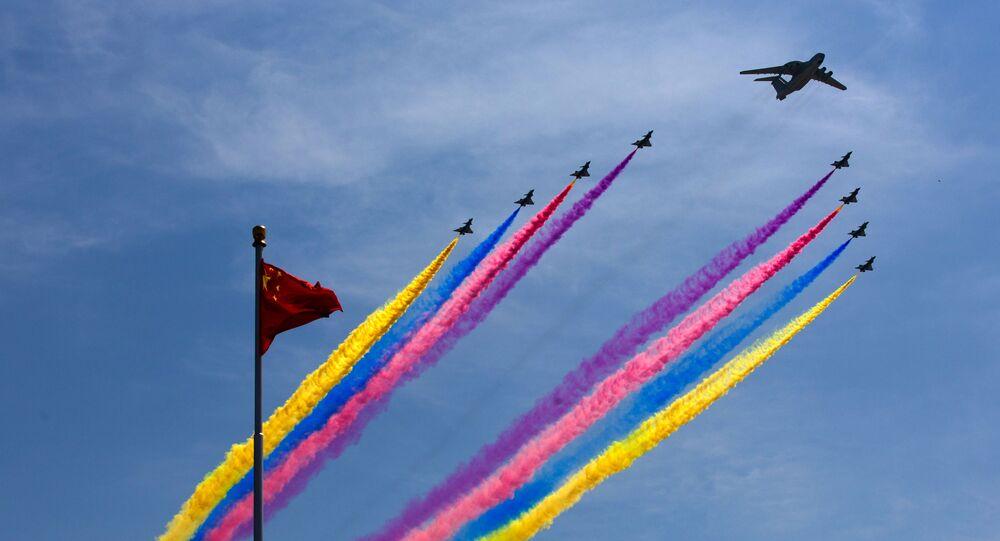 Aeronave AWACS da China, KJ-2000, voa acompanhada de caças J-10