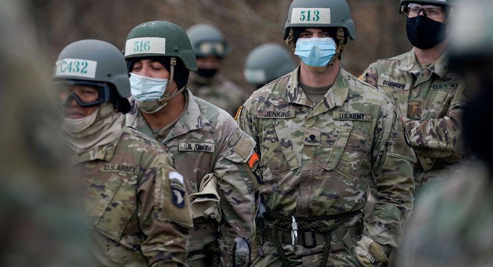 Militares do Exército dos EUA conduzem treinamento cumprindo recomendações contra a doença do novo coronavírus (COVID-19) em Fort Campbell, Kentucky, EUA, 3 de dezembro de 2020