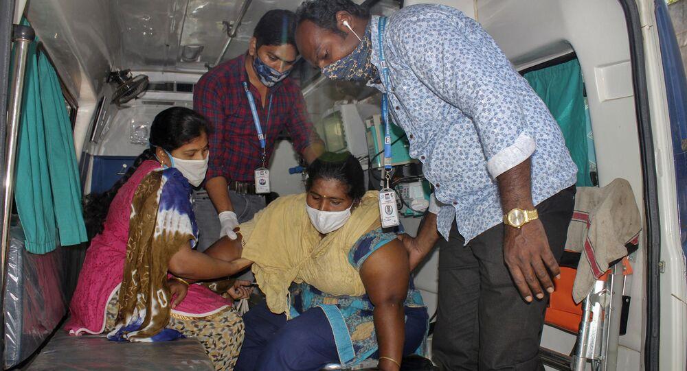 Paciente com doença misteriosa chega em ambulância a um hospital em Eluru