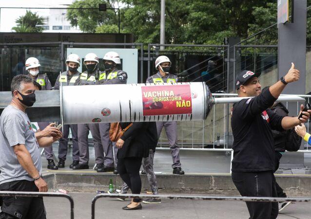 Simpatizantes do presidente Jair Bolsonaro fazem manifestação contra a vacina chinesa (CoronaVac), adquirida pelo Governo do Estado de São Paulo, na Av. Paulista, região central de São Paulo