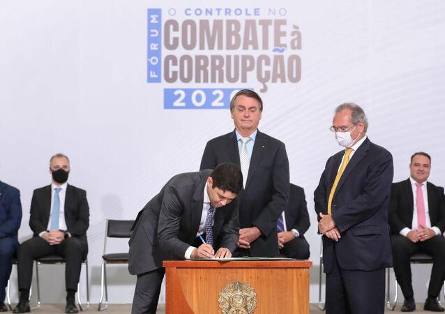Jair Bolsonaro, presidente do Brasil, participa de fórum de combate à corrupção em Brasília, 9 de dezembro de 2020