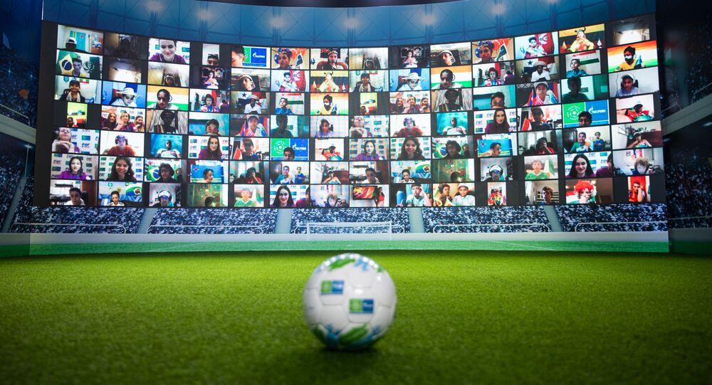 Crianças aparecem em grande telão ao participarem da oitava temporada do Programa Social Internacional para Crianças Futebol pela Amizade da Gazprom