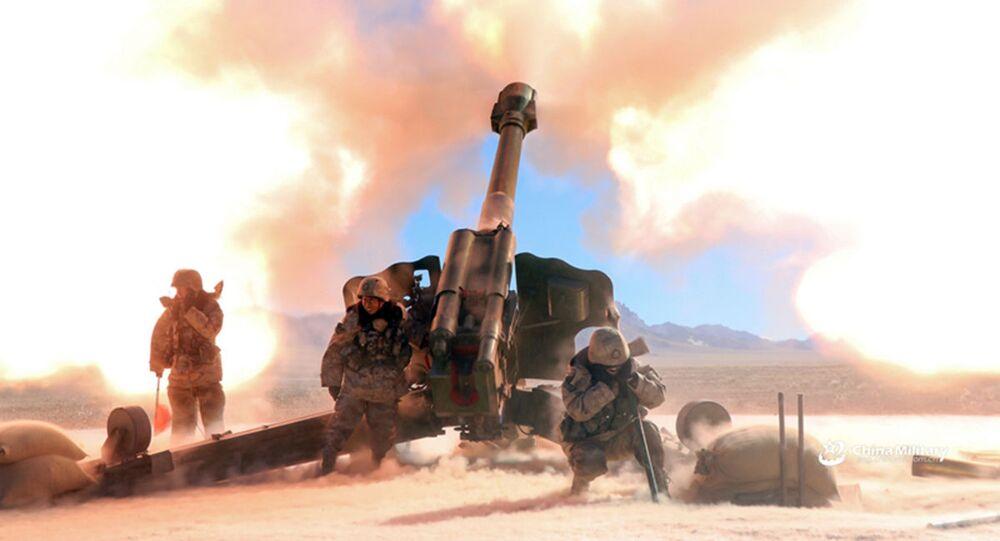 Exercícios militares da artilharia chinesa com um obuseiro rebocado PL-66 de 152 mm