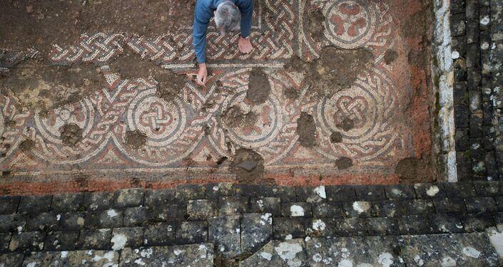 Escavação de mosaico do século V na face norte