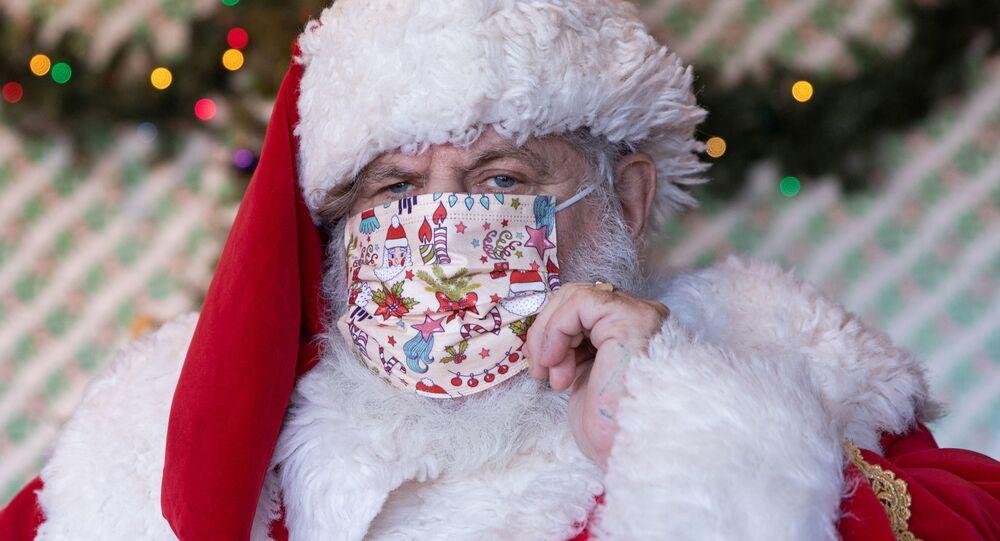 Homem vestido de Papai Noel usa máscara protetora em centro comercial em Nova York, EUA, 6 de dezembro de 2020