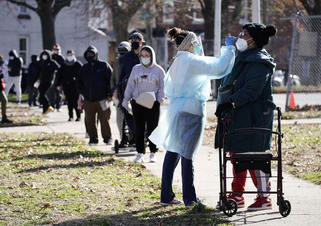 Enfermeira faz teste em paciente para a COVID-19 organizado por Centros de Saúde Comunitários Philadelphia FIGHT, Filadélfia, Pensilvânia, EUA, 10 de dezembro de 2020
