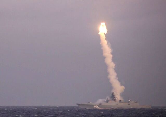 Fragata Admiral Gorshkov realizando disparo de míssil hipersônico Tsirkon