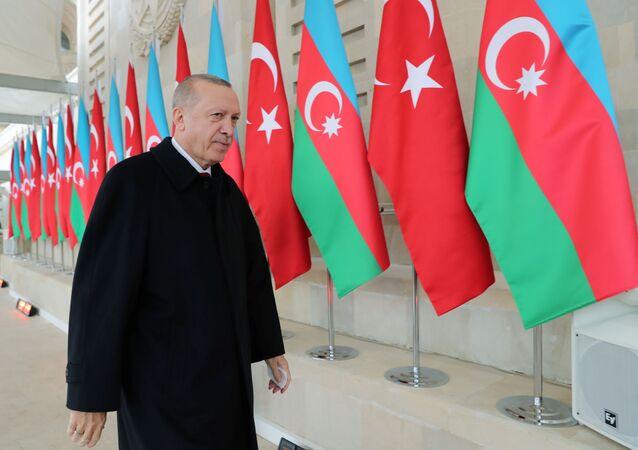 Recep Tayyip Erdogan participa de uma parada militar em Baku, na República do Azerbaijão