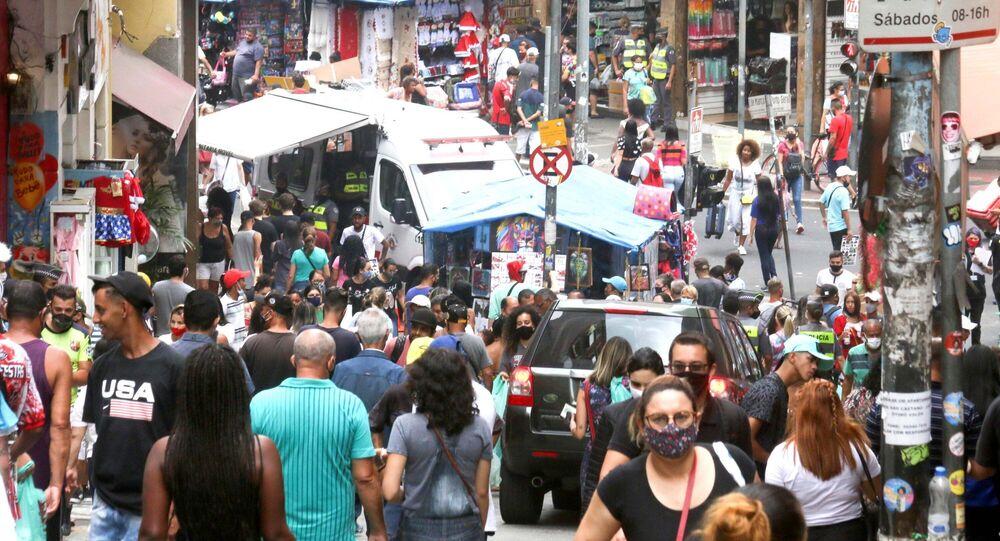 Movimentação de pessoas pela Rua 25 de Março, região central de São Paulo, na sexta-feira, 11 de dezembro de 2020