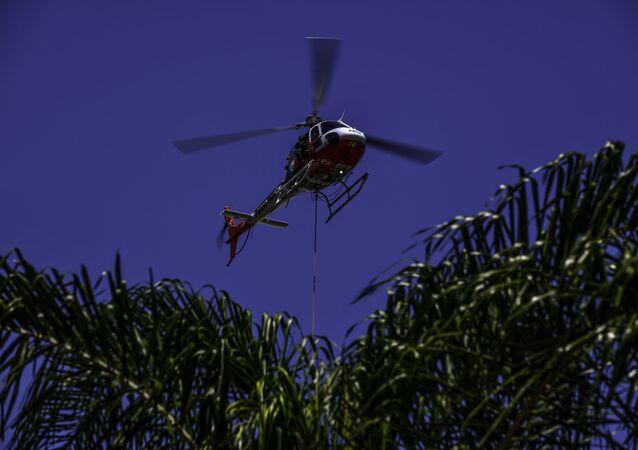 Aeronave de pás rotativas, helicóptero número 16 Águia da Policia Miliar de São Paulo, realiza treino no Batalhão do Interior I, para operação Verão de Resgate, em São José dos Campos, interior da capital paulista