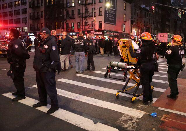 Polícia e EMS no local onde um veículo atropelou vários pedestres em um protesto na Terceira Avenida, no bairro de Manhattan, Nova York