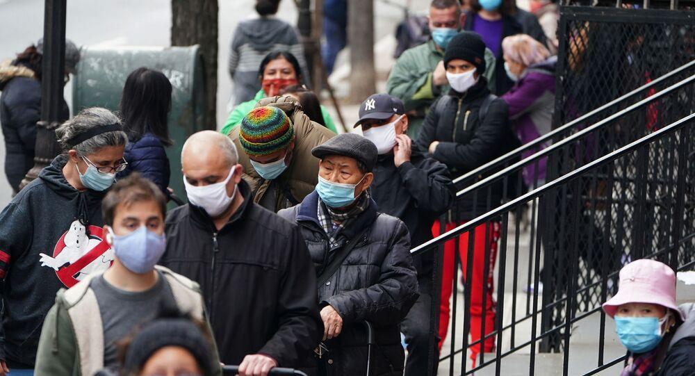 Moradores de Manhattan, em Nova York, caminham usando máscaras contra o coronavírus