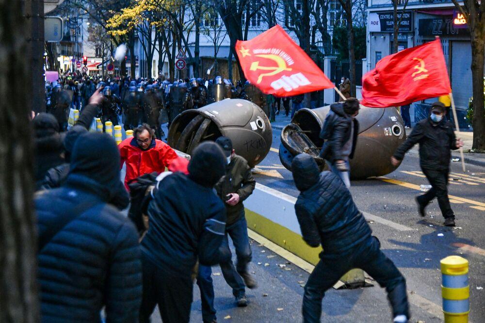 Manifestantes entram em confronto com policiais em Paris, em protesto contra o projeto de lei sobre segurança global