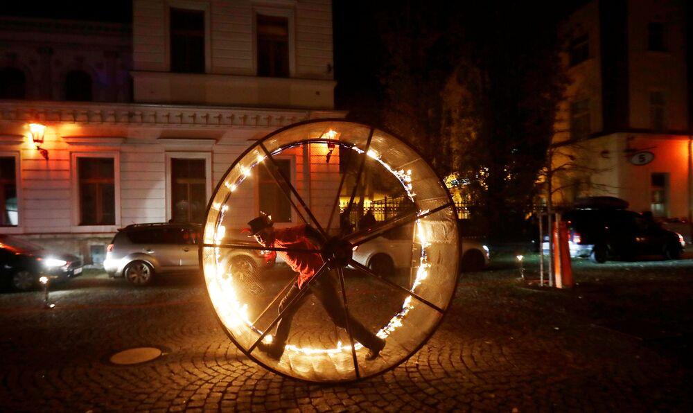 Pessoas assistem a uma atuação artística na véspera do Dia de São Nicolau em Praga, República Tcheca