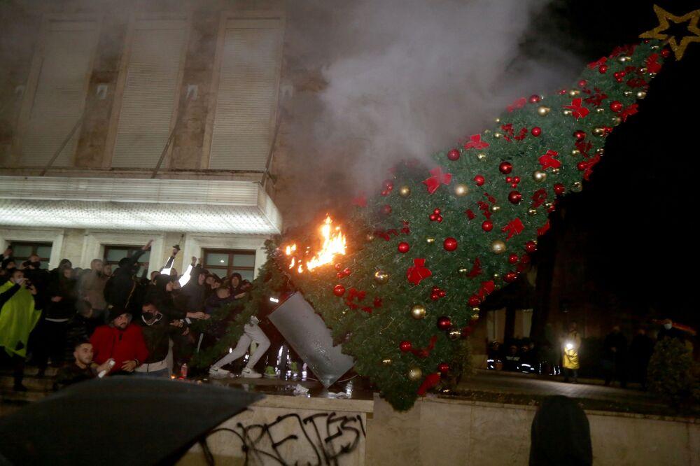 Manifestantes queimam árvore de Natal em frente do gabinete do primeiro-ministro da Albânia durante os confrontos em Tirana