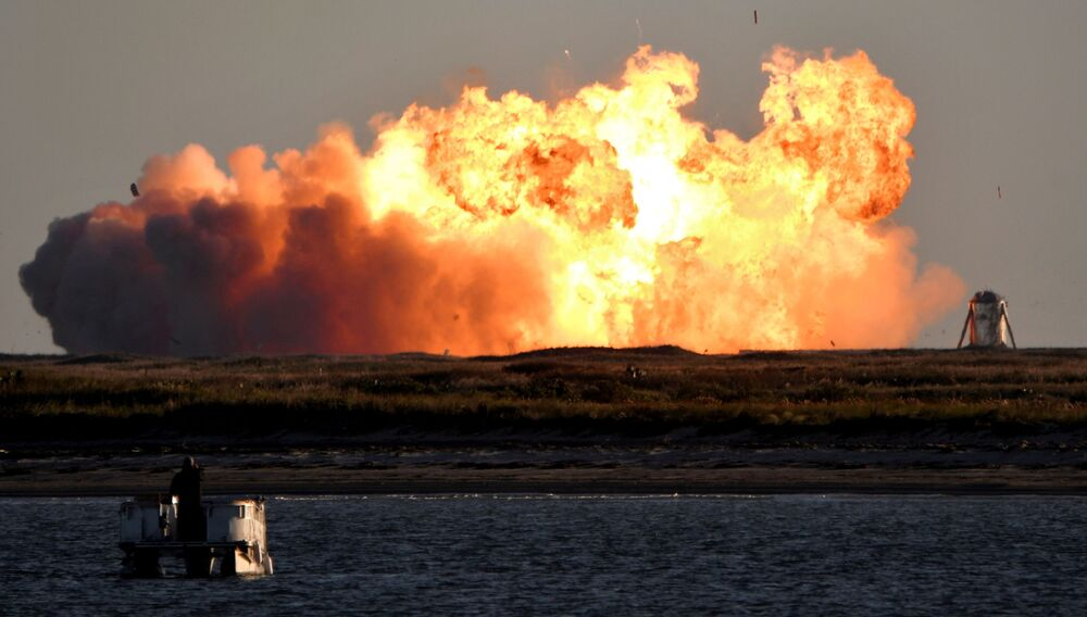 Explosão da espaçonave Spacex SN8 durante a tentativa de pouso em voo experimental