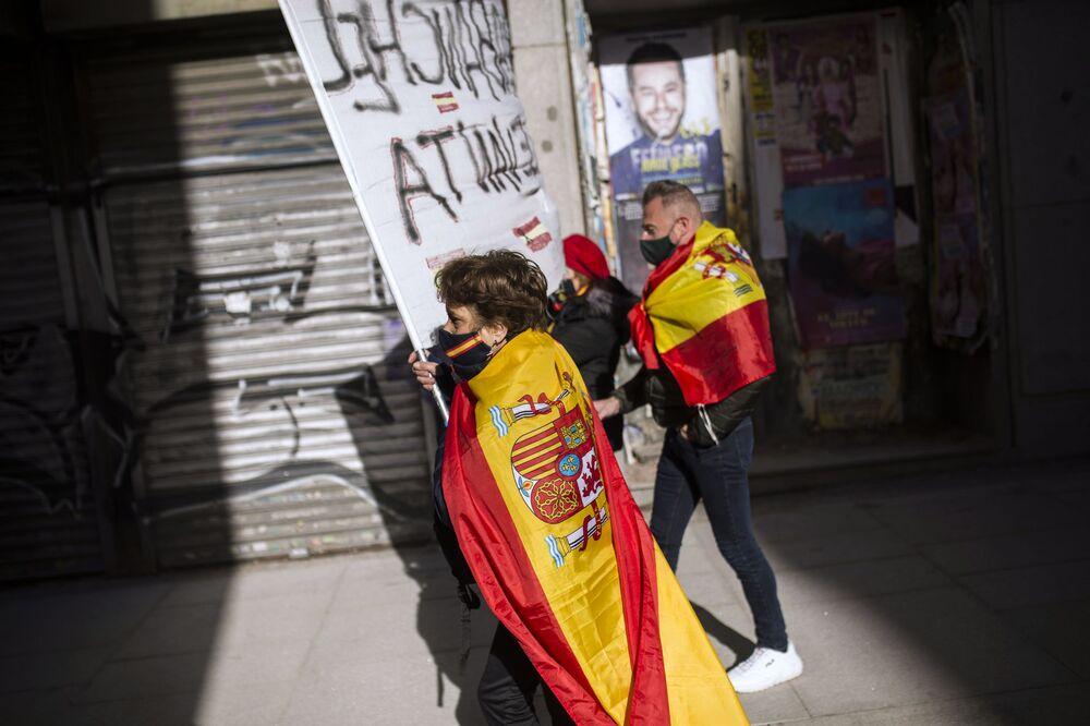 Participante de um protesto antigovernamental em Madri, Espanha
