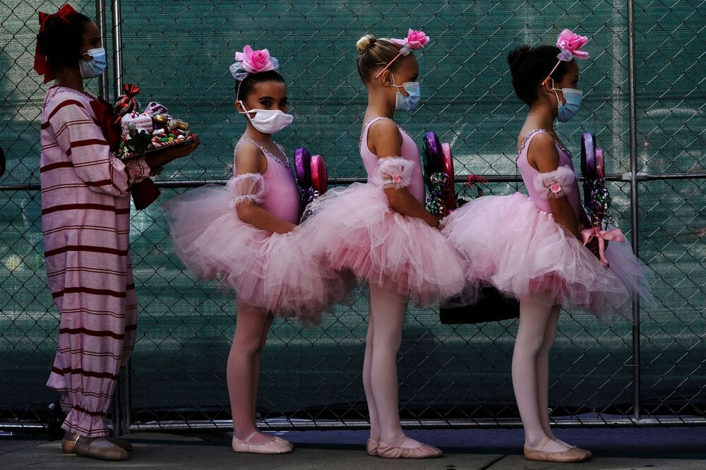 Estudantes da escola de balé de San Diego usando máscaras durante o espetáculo Quebra-Nozes