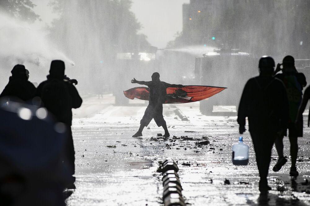 Manifestantes durante protesto antigovernamental em Santigo do Chile