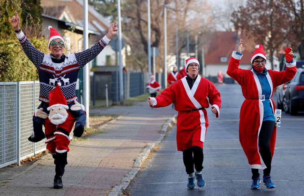Pessoas em trajes de Papai Noel durante a corrida de São Nicolau em Berlim, Alemanha