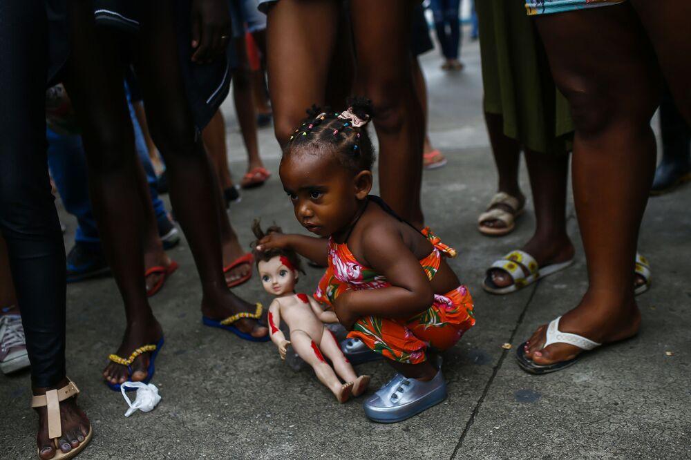 Menina segura boneca em Duque de Caxias