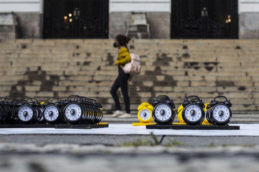 Despertadores com imagem de Marielle Franco em homenagem ao assassinato da vereadora durante a ação Mil dias sem Marielle, Rio de Janeiro, 8 de dezembro de 2020