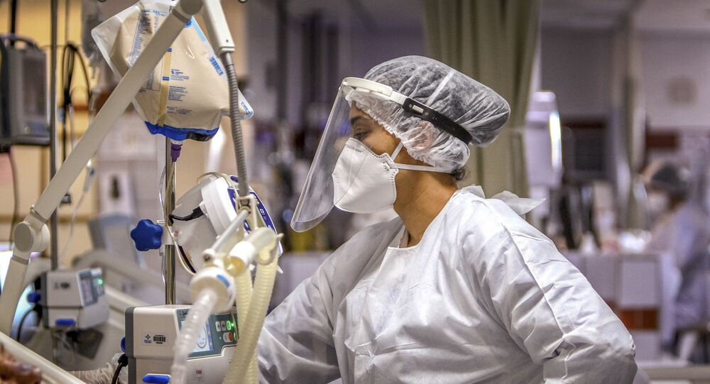 Tratamento de pacientes com COVID-19 na UTI no hospital da Santa Casa de Misericórdia, Porto Alegre, 9 de dezembro de 2020