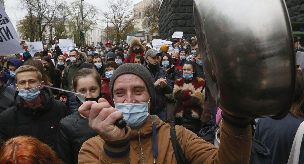 Em Kiev, na Ucrânia, trabalhadores de restaurantes batem panelas em protesto contra medidas de restrição social impostas no país para conter a pandemia da COVID-19, em 11 de novembro de 2020