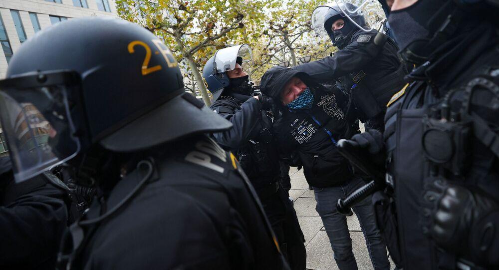 Policiais detém manifestante em Frankfurt, na Alemanha, que protestavam contra as medidas de restrição imposta pelo governo em virtude da pandemia da COVID-19.