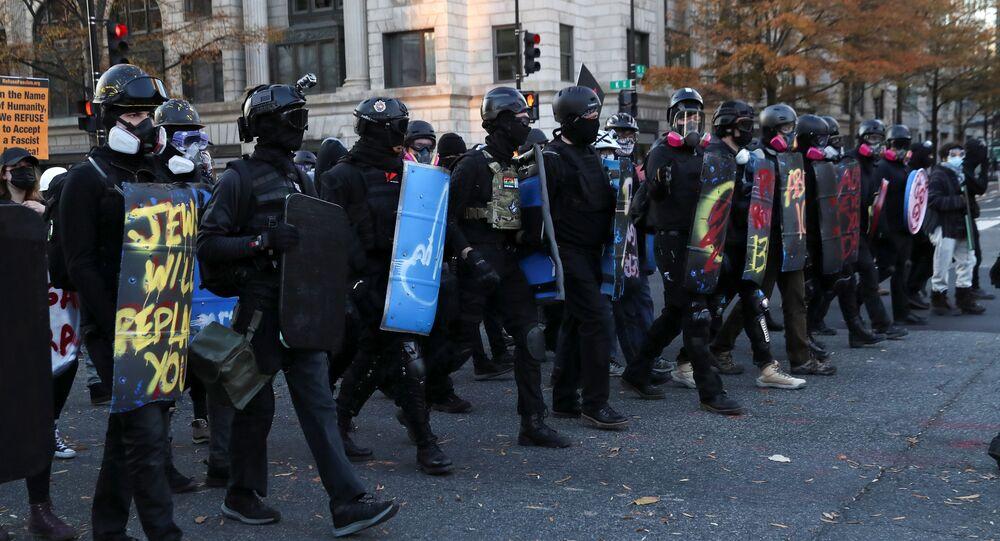 Opositores de Trump marcham em resposta a várias manifestações favoráveis ao presidente em Washington
