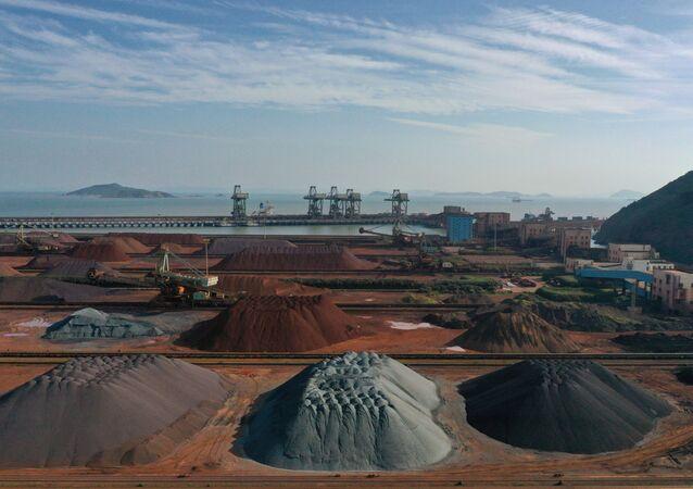 Montões de minério de ferro importado em um porto em Zhoushan, Zhejiang, China (foto de arquivo)