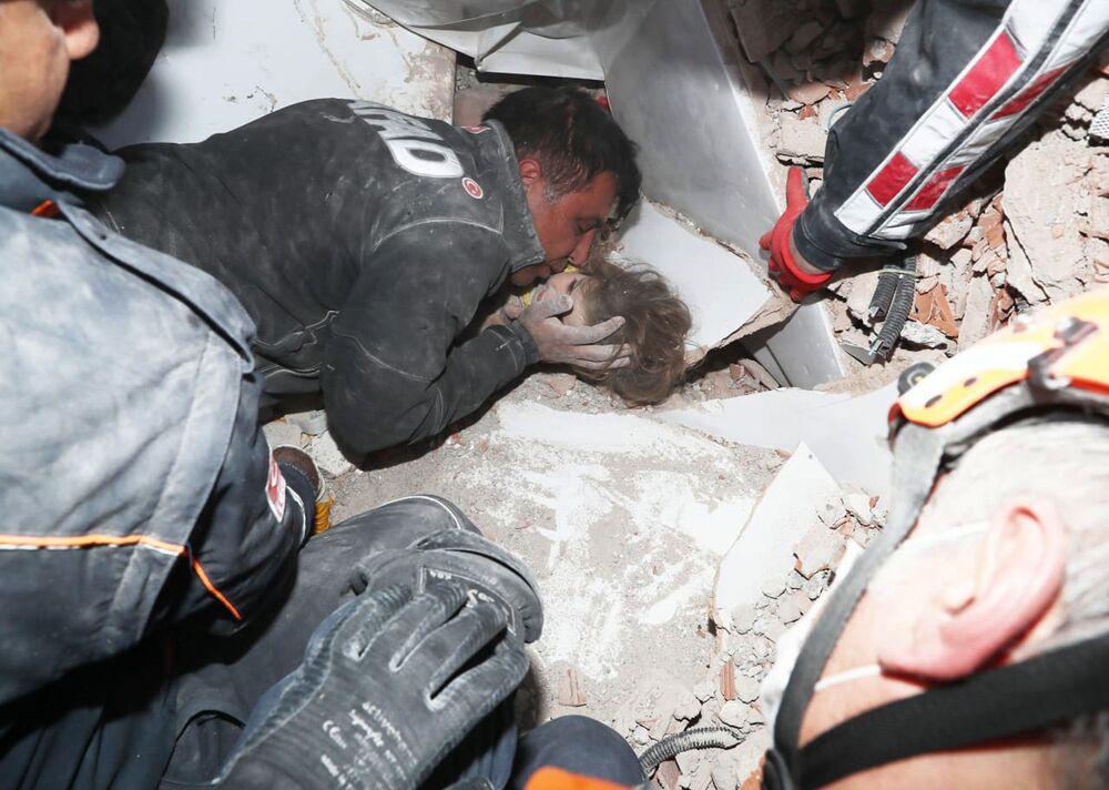 Equipes de resgate turcas salvam criança que ficou soterrada durante quatro dias em escombros na cidade turca de Izmir, após forte terremoto atingir Grécia e Turquia no mar Egeu em 30 de outubro