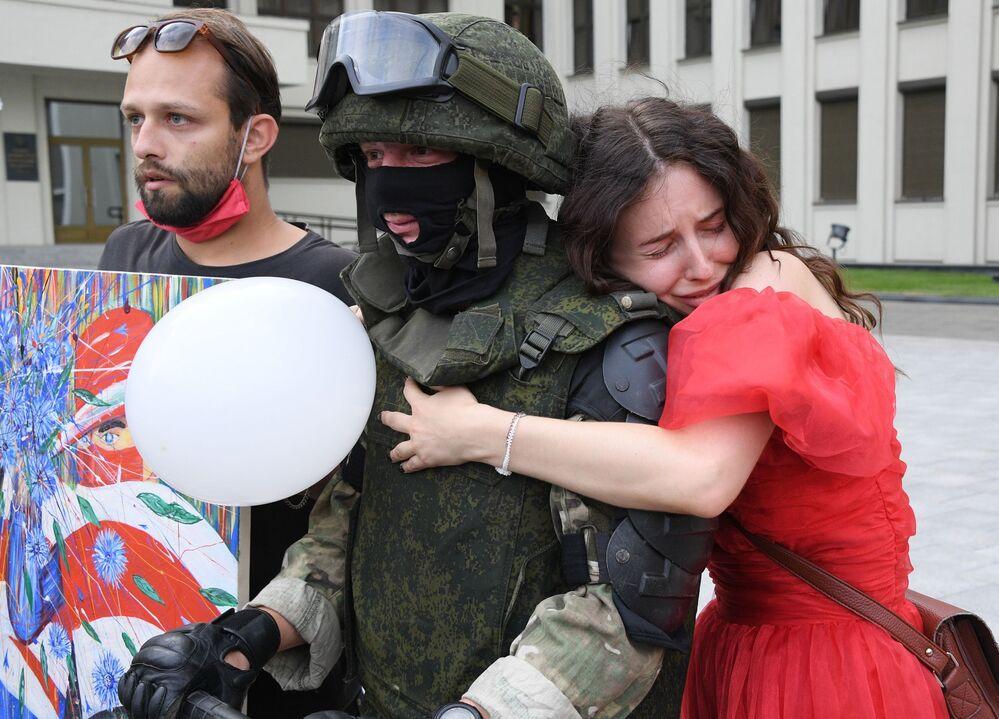 Mulher abraça soldado durante protesto na capital bielorrussa Minsk