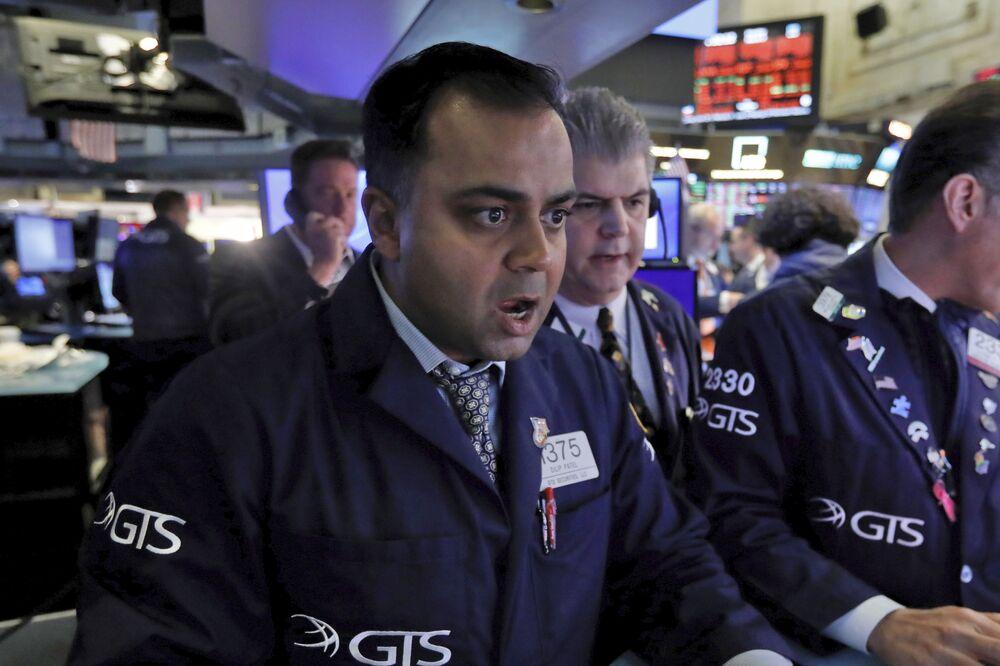 Funcionário da Bolsa de Valores de Nova York reagindo à notícia da queda das ações em 9 de março em meio à influência da pandemia de coronavírus na economia mundial