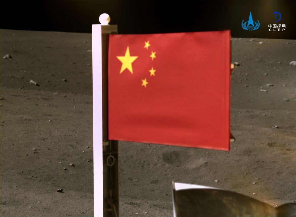 Missão chinesa Chang'e-5 hasteia a bandeira de seu país na superfície da Lua antes de partir do satélite natural da Terra em 3 de dezembro