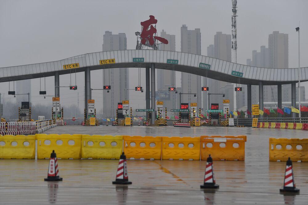 Metrópole chinesa de Wuhan é fechada em 22 de janeiro durante a proliferação do coronavírus SARS-CoV-2 na China. O fato foi um marco do início do regime de quarentena em diversas partes no mundo para conter a pandemia