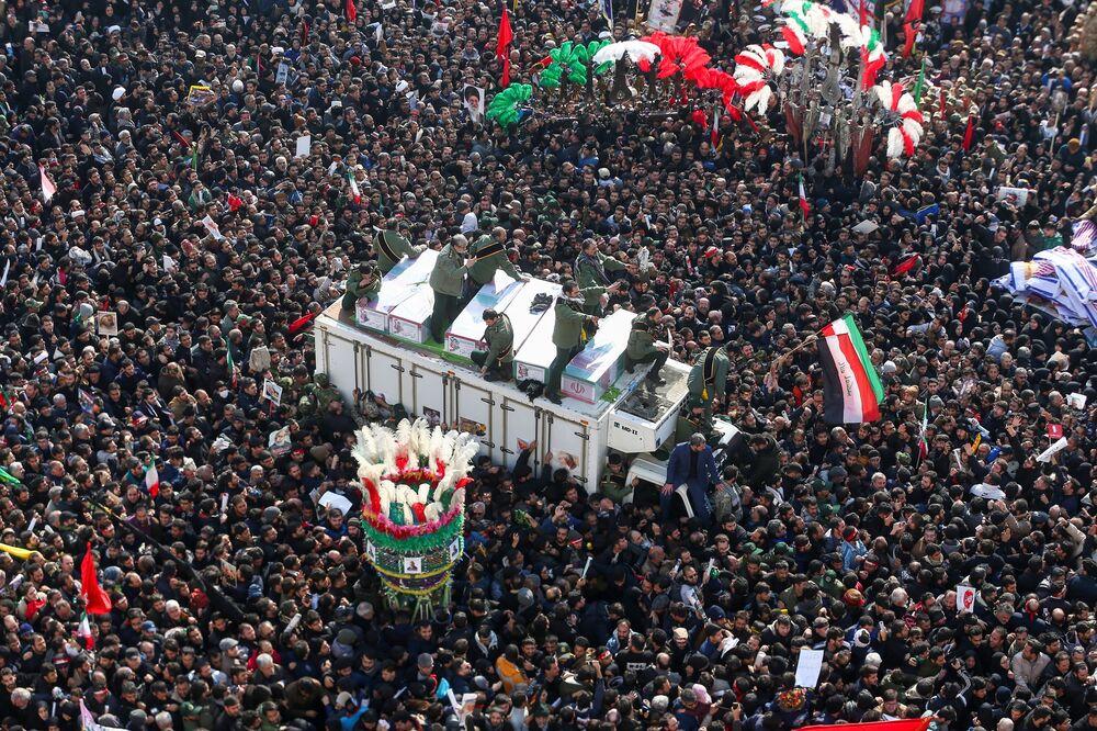 Procissão fúnebre do major-general iraniano Qassem Soleimani, morto no Iraque em 3 de janeiro após ataque organizado por Washington, 6 de janeiro de 2020