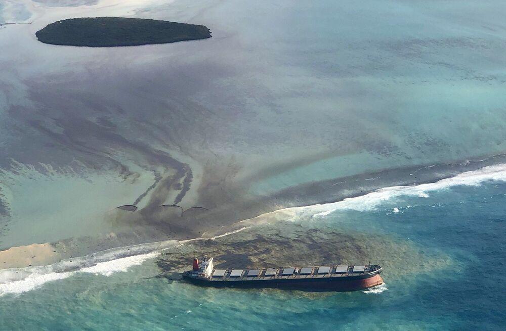 Vista aérea do petroleiro MV Wakashio que encalhou e derramou petróleo nas Ilhas Maurício, agosto 2020